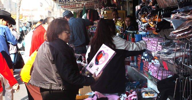 Varias personas hacen compras en El Paso, Texas con motivo de las fiestas navideñas