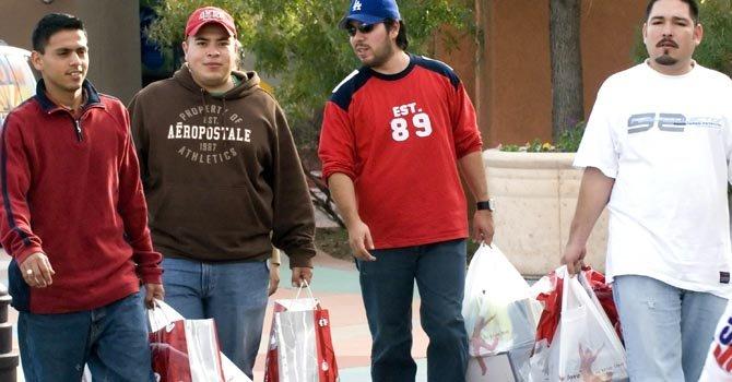 Mexicanos pueden tener tarjeta para comprar en Arizona