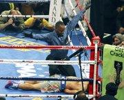 Una imagen que muchos no creían posible: Pacquiao en la lona.