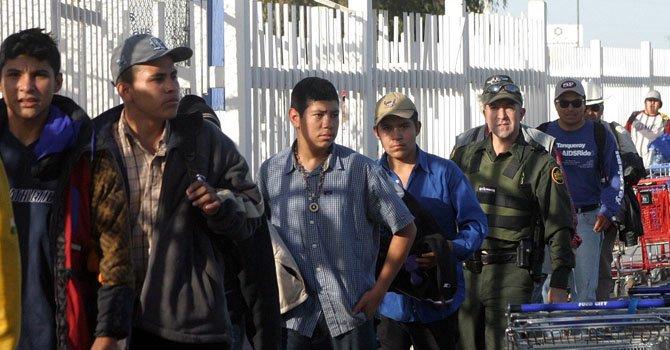 Menores migrantes son custodiados para cruzar la frontera entre México y Estados Unidos.