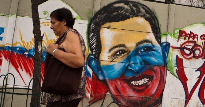 Vista de un graffiti del presidente venezolano, Hugo Chávez, el lunes 10 de diciembre en una calle de Caracas Venezuela.