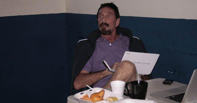 El millonario estadounidense John McAfee, que permanece en las instalaciones de un albergue de la Dirección General de Migración en Ciudad de Guatemala, mientras espera su expulsión de Guatemala hacia Belice donde es requerido por las autoridades para ser interrogado por el asesinato de un vecino suyo hace un mes.