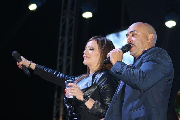 Jenni Rivera cantando junto a su hermano Lupillo Rivera.