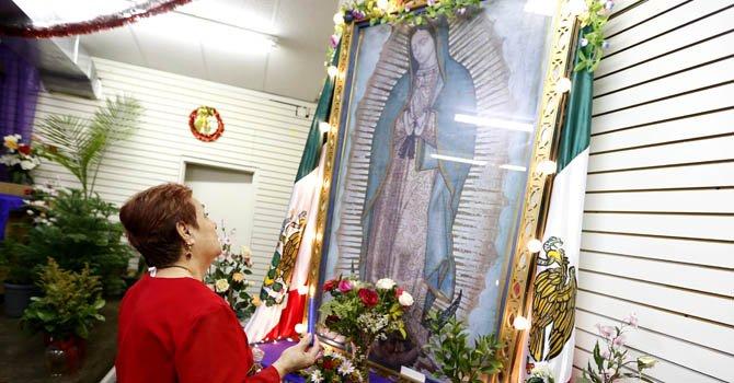 Celia Pacheco muestra su devoción por la Virgen Morena el lunes 10 de diciembre, en la misión anglicana Nuestra Señora de Guadalupe, en el barrio mexicano La Villita de Chicago.