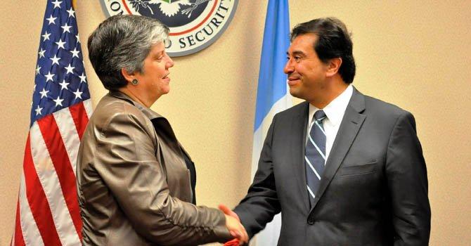 El canciller de Guatemala, Harold Caballeros (der.), saludando a la secretaria de Seguridad Nacional,  Janet Napolitano, el lunes 10 de diciembre.