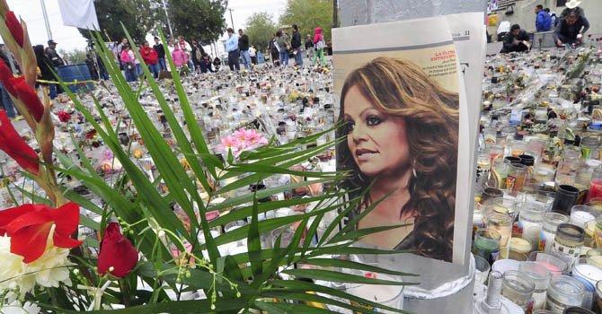 Cientos de personas homenajearon el lunes 10 de diciembrea la fallecida cantante Jenni Rivera a las afueras de la Arena Monterrey, México.