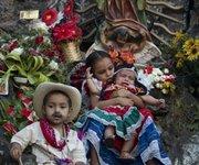 Niños salvadoreños posan frente a la imagen de la Virgen de Guadalupe.