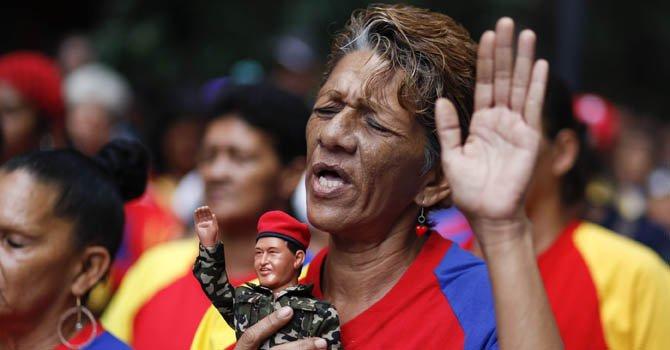 Un grupo de mujeres, seguidoras del presidente venezolano, Hugo Chávez, participaron el martes 11 de diciembre, en una oración colectiva por la salud del mandatario, en una plaza del centro de Caracas.
