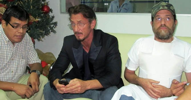 El actor estadounidense Sean Penn (centro), junto al empresario Jacob Ostreicher, encarcelado desde hace 18 meses en este país acusado de blanqueo de capitales en un caso de narcotráfico.
