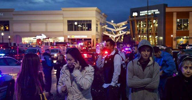 Según los testigos, se escucharon varios tiros cerca de donde familias con niños hacían cola para hacer fotos con un hombre disfrazado de Santa.