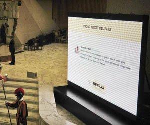 Una pantalla gigante muestra el primer tuit del papa Benedicto XVI que publica por primera vez en Twitter al finalizar la audiencia general de los miércoles en el Aula Pablo VI en Ciudad del Vaticano el 12 de diciembre.
