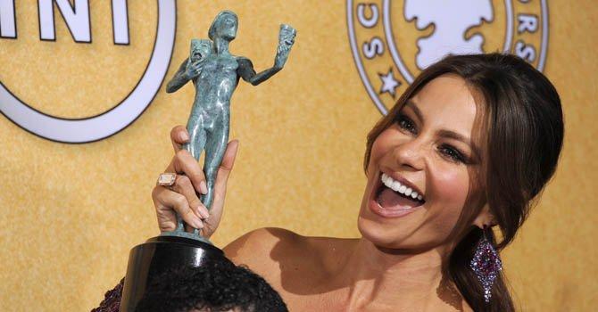 """La actriz colombiana Sofía Vergara posa con el premio al mejor reparto de comedia de televisión para la serie """"Modern Family""""  el 29 de febrero de 2012."""