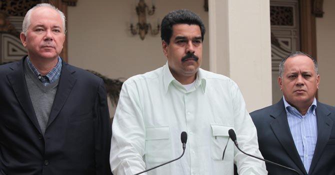 Maduro habla a los venezolanos. A pesar que hace año y medio que entra y sale del quirófano, aún no se sabe con certeza que cáncer padece Chávez.