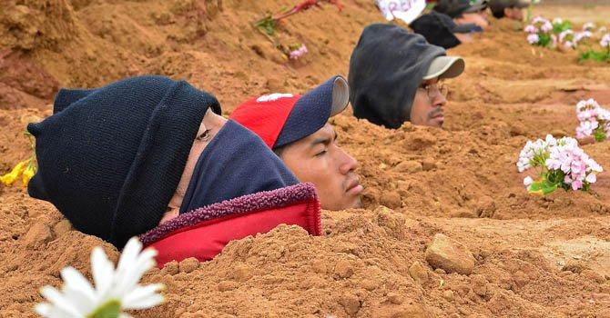 Reos bolivianos protestan enterrándose