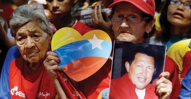 SEGUIDORES. Oran por su presidente, en Venezuela, el martes 11.