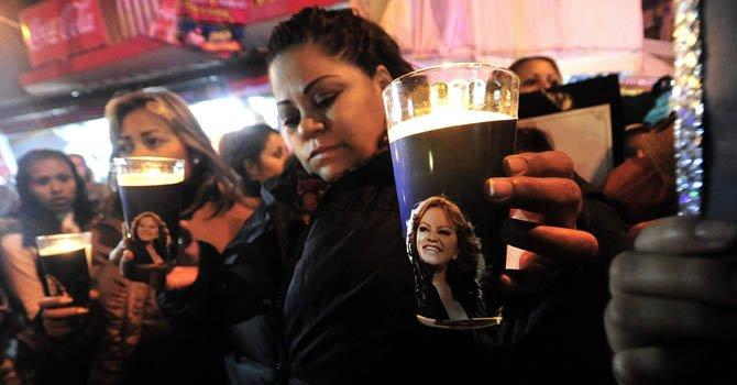 Cientos de seguidores de la cantante Jenni Rivera participan el 11 de diciembre, en una vigilia y peregrinación en la basílica de Guadalupe en Monterrey, México.