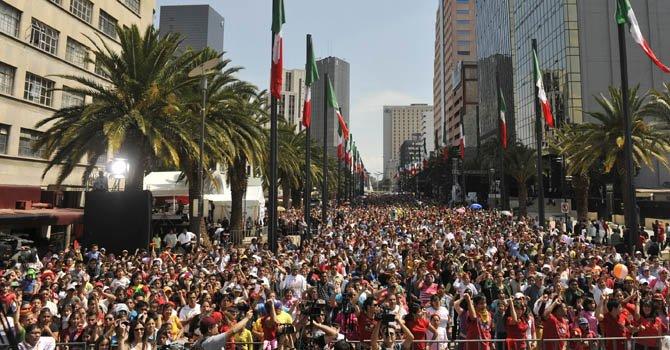 Miles de personas se reúnen para un evento recreativo público en Ciudad de México.