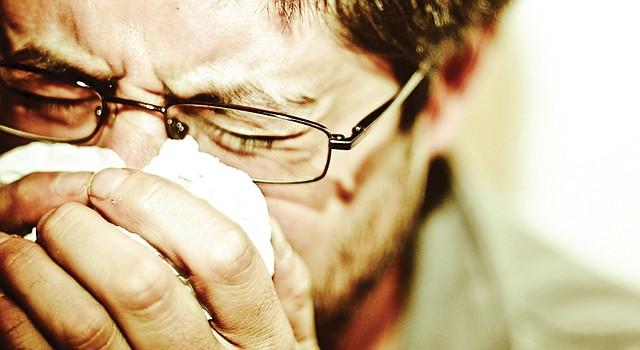 TOS. Uno de lo síntomas del resfrío es que, a diferencia de la gripe, no suele aparecer con fiebre alta.