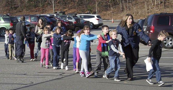 Niños evacuados de la  Sandy Hook Elementary School en Connecticut el viernes 14 de diciembre tras reportarse un tiroteo.