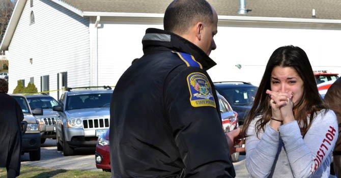 Una mujer reacciona al enterarse sobre la masacre en una escuela de Connecticut en donde trabaja su hermana como maestra.