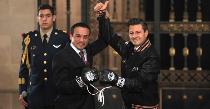 El presidente de México, Enrique Peña Nieto (der), junto al boxeador Juan Manuel Márquez el viernes 14 de diciembre.