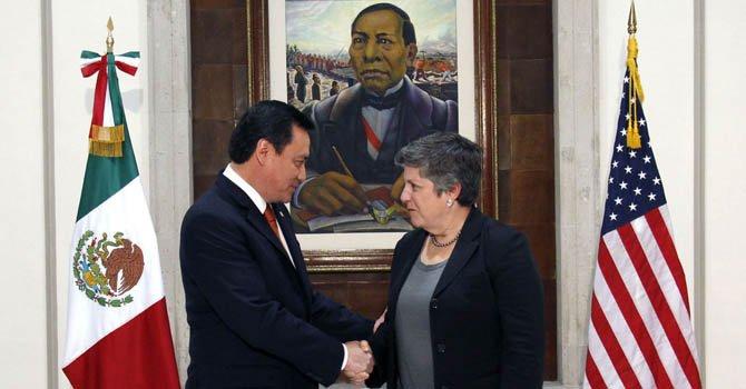 El ministro mexicano de Gobernación (Interior), Miguel Ángel Osorio Chong mientras saluda a la secretaria de Seguridad Interna de Estados Unidos, Janet Napolitano hoy, jueves 13 de diciembr.e