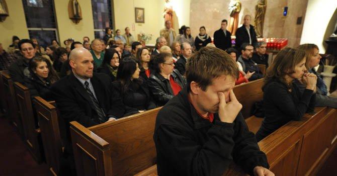 Decenas de personas se congregaron el 14 de diciembre en la Iglesia Santa Rosa de Lima para orar por las víctimas de la matanza de la escuela Sandy Hook Elementary School  en Newtown, Connecticut.