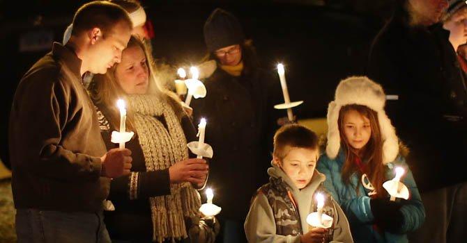 Cientos de personas participan en vigilia para honrar la memoria de las 27 personas que perdieron la vida en un tiroteo el viernes 14 de diciembre en la Sandy Hook Elementary School. Entre los fallecidos habían 20 niños.