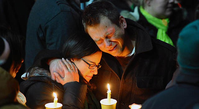 Cientos de personas lloran la muerte de 20 niños de la Sandy Hook Elementary School en Connecticut el domingo 16 de diciembre.