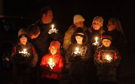 Decenas de personas participaron en vigilias para recordar a las víctimas de la masacre ocurrida el viernes 14 de diciembre en Sandy Hook Elementary School.