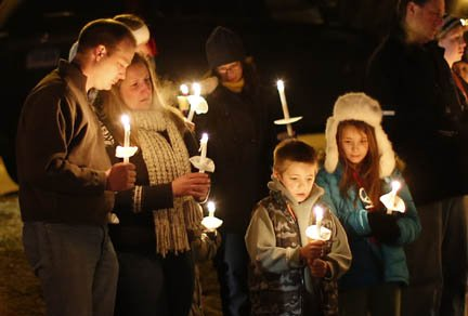 Miles lloran la muerte de los 20 niños que murieron a manos de Adam Lanza, un joven de 20 año, que abrió fuego en una escuela primaria en Connecticut.