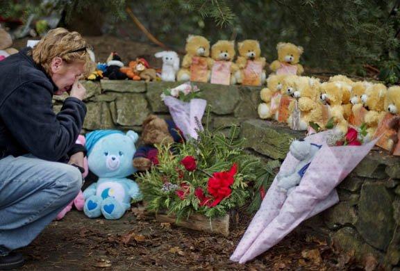 Una mujer llora ante un altar con ositos de peluche que simboliza a las 26 personas que murieron en la Sandy Hook Elementary School el 14 de diciembre.