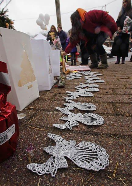 Un altar para recordar la memoria de los 20 niños que murieron en Connecticut.