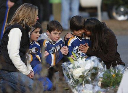 Niños y sus padres lloran la muerte de sus amigos y compañeros.