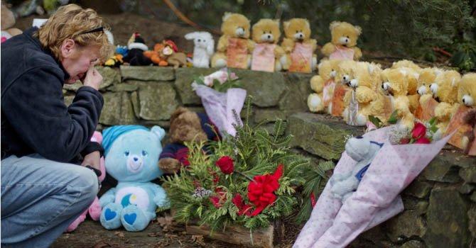 Una mujer llora frente a un altar con ositos de peluche que simbolizan a los 20 niños que murieron en murieron en el ataque del viernes 14 de diciembre en Sandy Hook Elementary School de Connecticut.