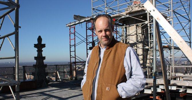 Hijo de españoles repara Catedral Nacional