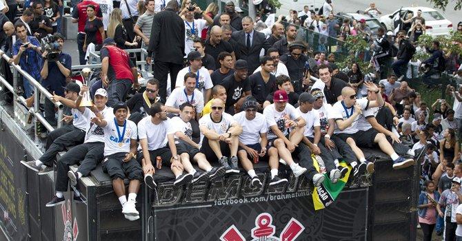 Jugadores del Corinthians, campeón mundial de clubes, saludan a sus hinchas desde un camión el martes 18  en una calle de Sao Paulo, Brasil.
