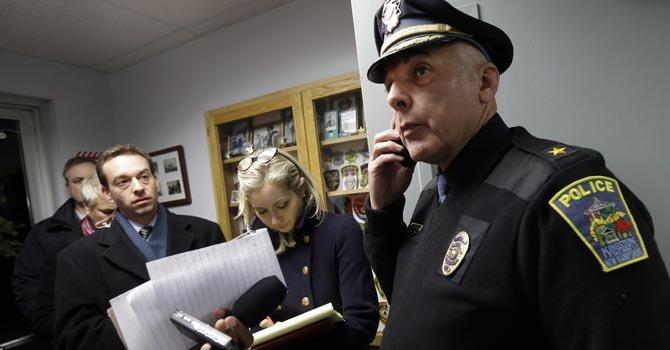 Donald Briggs, jefe de la Policía de Kingston, en New Hampshire, habla con la prensa en nombre del hermano de Nancy Lanza, el oficial de policía james Champion.