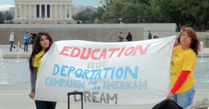"""Dos chicas sostienen una pancarta que pide """"educación y no deportación"""" en el histórico National Mall de Washington para pedir la aprobación del Dream Act."""