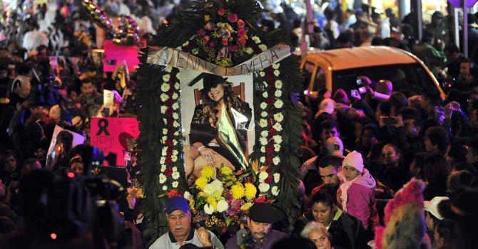Cientos de seguidores de la cantante Jenni Rivera participarán en su velorio en el Gibson Amphitheatre el miércoles 19 de diciembre en Los Ángeles.
