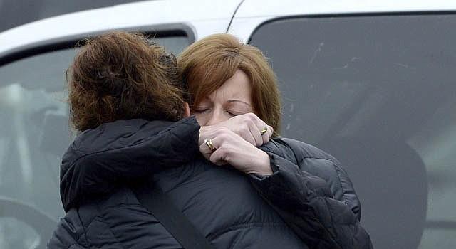 Familiares y amigos de Jessica Rekos, una niña de seis años, víctima del tiroteo en la escuela elemental de Sandy Hook, tras su funeral celebrado en la iglesia Santa Rosa de Lima en Newtown, Connecticut.