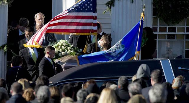 El ataúd de la profesora Victoria Soto es introducido en la iglesia cristiana Comunidad del Señor de Stratford Connecticut, durante su funeral el miércoles 19 de diciembre.