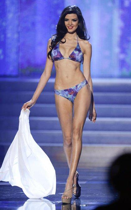 Miss Perú,  Nicole Faveron, modelando en traje de baño.
