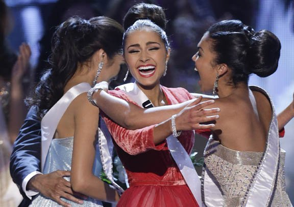 Miss Estados Unidos, Olivia Culpo (centro) reacciona al escuchar que ganó el concurso de Miss Universo el 19 de diciembre en Las Vegas.