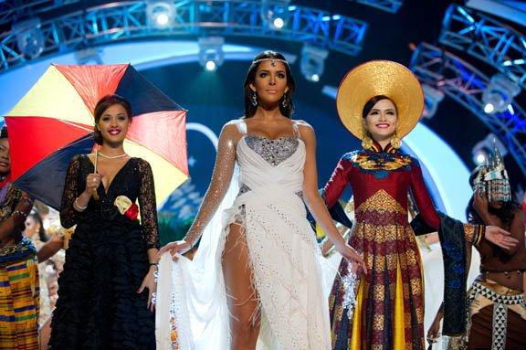 De izq. a der. Miss Bélgica, Laura Beyne; Miss Finlandia Sara Chafak y Miss Corea, Sung-hye Lee lucen sus vestidos típicos en la noche del 19 de diciembre.