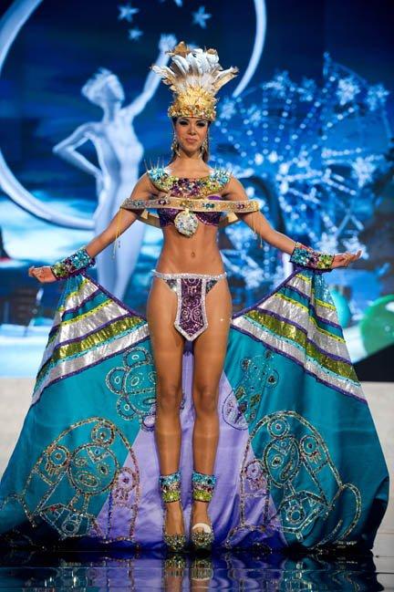 Miss Puerto Rico, Bodine Koehler, presenta al público su traje típico.