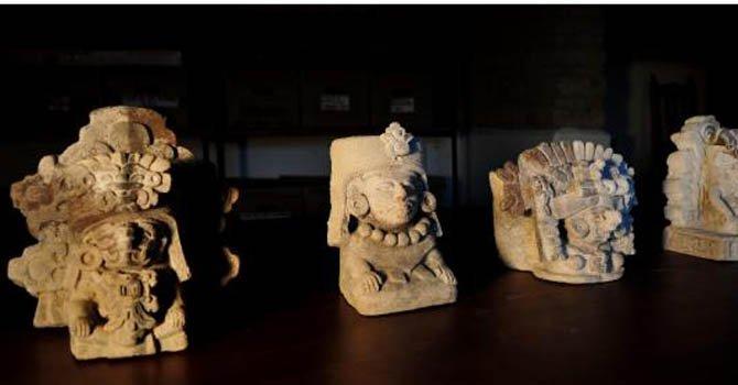 Cuatro figuras que flanqueban un sepulcro de unos 1.200 años de antigüedad que investigadores mexicanos hallaron en la urbe zapoteca de Atzompa, indicó el Instituto Nacional de Antropología e Historia (INAH) en un comunicado.