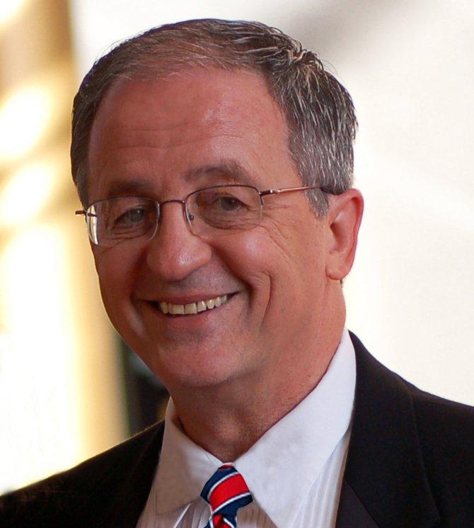 El delegado estatal Bob Marshalls presentará una propuesta para que autoridades en las escuelas porten armas.