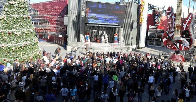 """Fans de la fallecida cantante Jenni Rivera siguieron la """"ceremonia de graduación al cielo"""" de la """"Diva de la banda"""" a través de una pantalla gigante puesta en la puerta del Gibson Amphitheatre de Los Ángeles."""