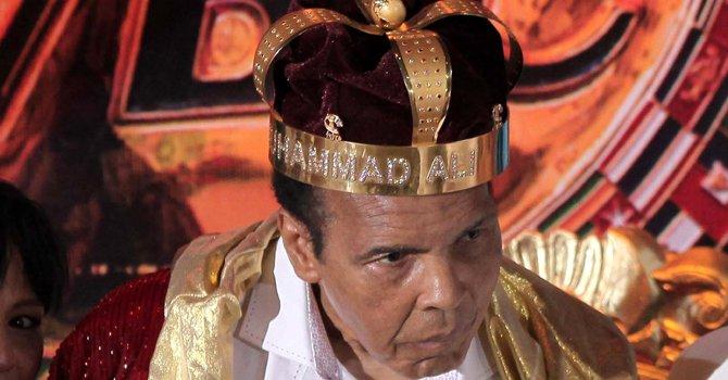 """Mohamed Alí, excampeón mundial de los pesos pesados, cuando fue coronado como el """"Rey del Boxeo"""", el 3 de agosto en Cancún, México."""
